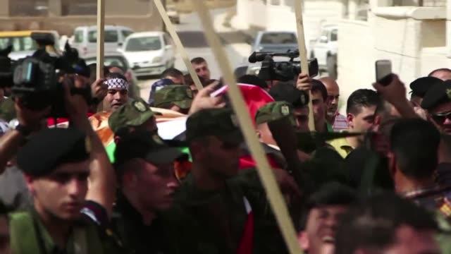 miles de palestinos asistieron este lunes en duma cisjordania al entierro de riham dawabcheh despues de su marido e hijo recien nacido tras un... - marido stock videos & royalty-free footage