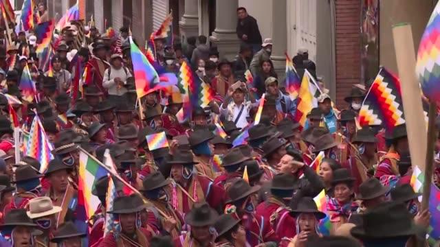 miles de partidarios de evo morales marcharon el jueves en la paz para exigir la renuncia de la presidenta interina boliviana jeanine anez y el... - multitud stock videos & royalty-free footage