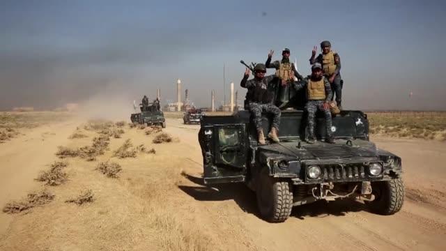 Miles de personas abandonan el lunes los barrios kurdos de la ciudad de Kirkuk luego de que las fuerzas gubernamentales de Irak tomaron una base...