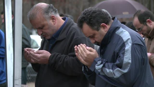 vídeos y material grabado en eventos de stock de miles de personas asistieron este jueves al funeral de los tres estudiantes musulmanes asesinados a tiros en carolina del norte - ee.uu