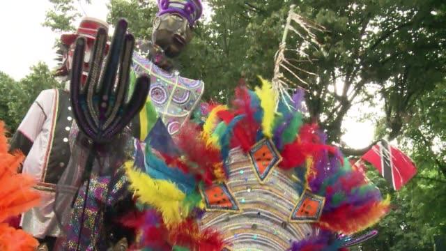 miles de personas bailaron al son del samba y ritmos caribenos en londres este lunes en el carnaval de notting hill el mayor en europa voiced... - personas stock videos & royalty-free footage