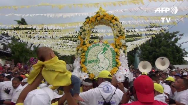 stockvideo's en b-roll-footage met miles de personas desfilaron el miercoles en una maratonica procesion dedicada a santo domingo de guzman patrono de managua a quien imploraron por la... - managua
