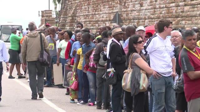 miles de personas desfilaron emocionadas este miercoles por la capilla ardiente de nelson mandela voiced sudafricanos lloran ante el cuerpo de man on... - personas stock videos & royalty-free footage