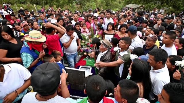 miles de personas despidieron en caravana el martes a dos lideres indigenas asesinados en el suroeste de colombia zona azotada por el conflicto... - tristeza stock videos and b-roll footage