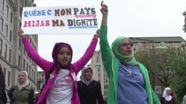 miles de personas en su mayoria musulmanes protestaron en las calles de montreal contra un proyecto para prohibir a los trabajadores publicos el uso... - québec provincia video stock e b–roll