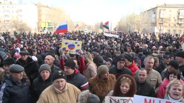 miles de personas favorables a rusia manifestaban el sabado en las zonas rusohablantes del este de ucrania mientras persistia la tension en crimea... - personas stock videos & royalty-free footage