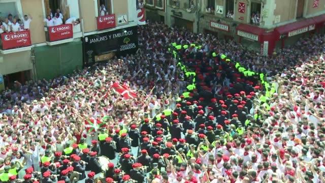 vídeos de stock, filmes e b-roll de miles de personas iniciaron el miercoles en el centro historico de pamplona las tradicionales fiestas taurinas de san fermin - vino
