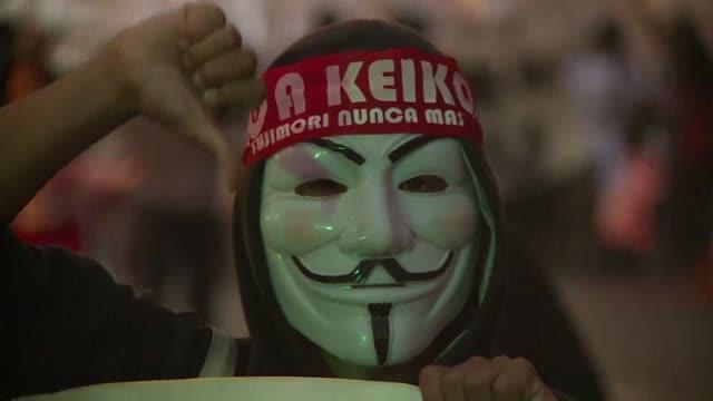miles de personas marchaban el martes en lima contra la candidata de derecha keiko fujimori favorita para ganar el domingo la presidencia de peru en... - personas stock videos & royalty-free footage