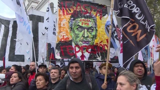 miles de personas marcharon el jueves en buenos aires en rechazo de un acuerdo de argentina con el fondo monetario internacional organismo al que... - personas en el fondo stock videos & royalty-free footage
