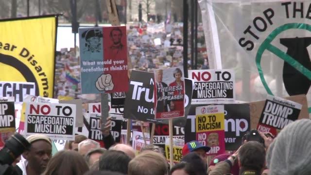 miles de personas marcharon el sabado por las calles de paris londres y berlin para protestar contra el temporalmente bloqueado decreto migratorio... - entrada stock videos and b-roll footage