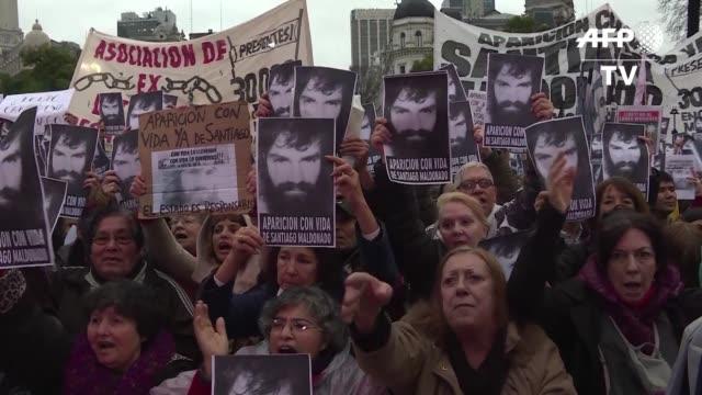 vídeos de stock e filmes b-roll de miles de personas marcharon el viernes en buenos aires para exigir la aparicion con vida de un joven que presuntamente desaparecio hace diez dias en... - exigir