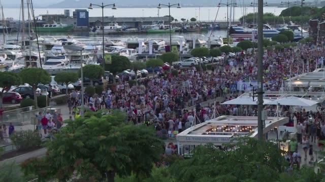 miles de personas marcharon el viernes en cambrils espana para rechazar el terrorismo luego de que dos atentados yihadistas perpetrados en esa ciudad... - terrorismo stock videos & royalty-free footage