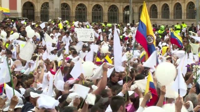 Miles de personas marcharon en Colombia el domingo en repudio al coche bomba que mato a 20 jovenes de una academia policial y al presunto agresor en...