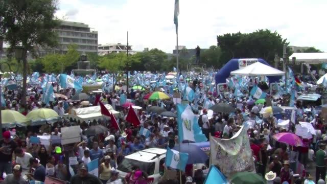 vídeos de stock e filmes b-roll de miles de personas marcharon este jueves en la capital de guatemala para exigir la dimision del presidente otto perez en medio de un escandalo de... - exigir