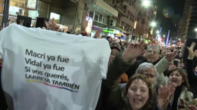 miles de personas salen a las calles de buenos aires para cantar y bailar una coreografia perfectamente coordinada al ritmo de una cumbia que se ha... - bailar bildbanksvideor och videomaterial från bakom kulisserna