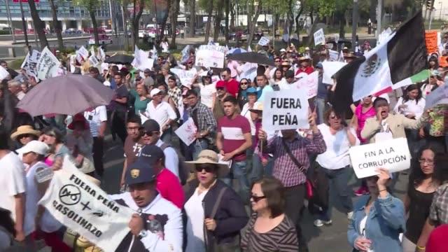 miles de personas salieron a protestar el sabado contra el aumento del precio de los combustibles en distintas ciudades de mexico - gasolina stock videos & royalty-free footage