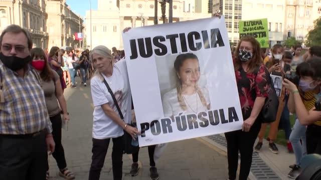 vídeos de stock e filmes b-roll de miles de personas se concentraron el miércoles frente a la sede de los tribunales en buenos aires para exigir justicia por úrsula bahillo, una joven... - exigir