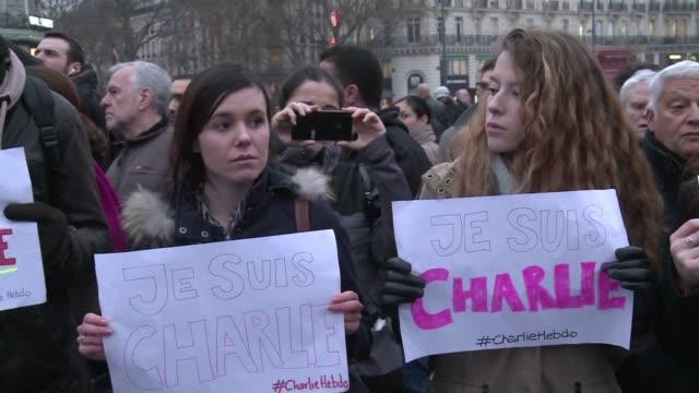 vídeos de stock e filmes b-roll de miles de personas se concentraron este miercoles por la tarde en paris en homenaje a las victimas del sangriento atentado contra el semanario... - sátira