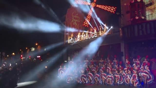 miles de personas se congregaron el domingo por la noche en el bulevar frente al moulin rouge de paris para asistir a un espectaculo de can can y... - bulevar stock videos & royalty-free footage