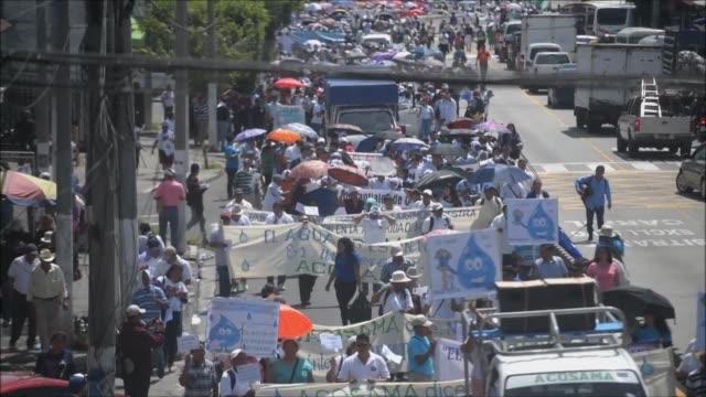 miles de personas se manifestaron el jueves en la capital de el salvador para demandar a la asamblea legislativa rechazar un proyecto de ley que en... - agua stock videos & royalty-free footage