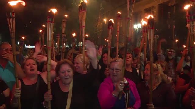 miles de personas se manifestaron en la noche del jueves en buenos aires contra nuevas alzas de los servicios publicos en una marcha convocada por... - sindicatos stock videos & royalty-free footage