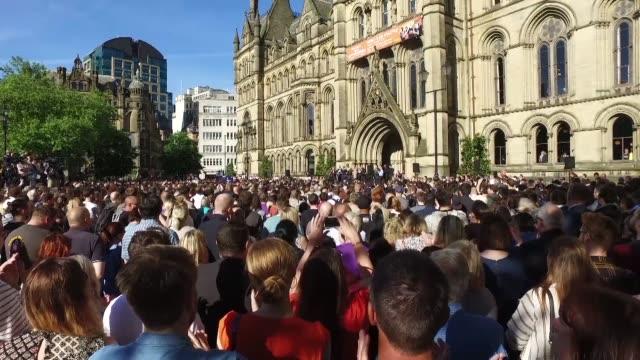 miles de personas se reunieron el martes en el centro de manchester en reino unido en una vigilia de multiples religiones para recordar a las... - reino unido stock videos & royalty-free footage