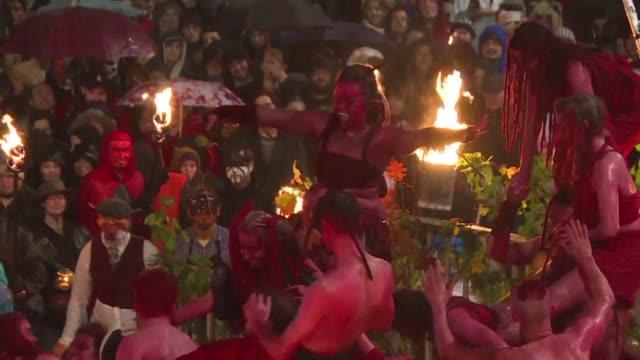 miles de personas se reunieron en la noche del 31 de octubre en la emblematica avenida royal mile de edimburgo para presenciar el tradicional... - festival tradicional stock videos & royalty-free footage