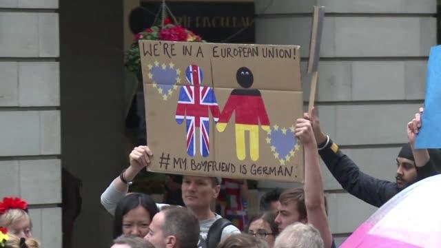miles de personas se tomaron las calles de londres el sabado para mostrar su rechazo a la salida de reino unido de la union europea - reino unido stock videos & royalty-free footage