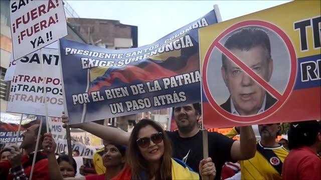vídeos de stock e filmes b-roll de miles de personas tomaron las calles el sabado en colombia liderados por el expresidente álvaro uribe para protestar contra el presidente juan manuel... - presidente de empresa