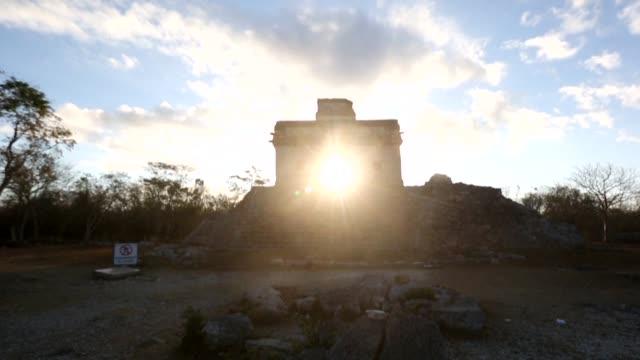 miles de personas visitaron el jueves los mas destacados sitios arqueologicos de mexico en busca de capturar en piel y espiritu los rayos solares del... - astronomia stock videos & royalty-free footage