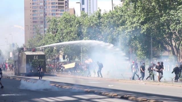 miles de personas volvieron a protestar el lunes el centro de santiago donde se decreto toque de queda nocturno por tercer día consecutivo - día stock videos & royalty-free footage