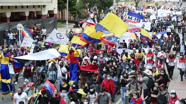 vídeos y material grabado en eventos de stock de miles de personas volvieron a protestar el martes en colombia contra el presidente iván duque, cuando se instala una nueva legislatura en el... - llevar