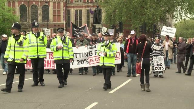 miles de policias del reino unido se han sumado este jueves a las protestas organizadas por varios sindicatos contra la politica de recortes y la... - sindicatos stock videos & royalty-free footage
