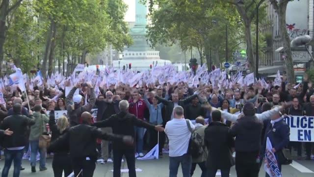 miles de policias desfilaron el miercoles en paris en la marcha de la colera una movilizacion inedita en casi 20 anos con el aumento de los suicidios... - sindicatos stock videos & royalty-free footage