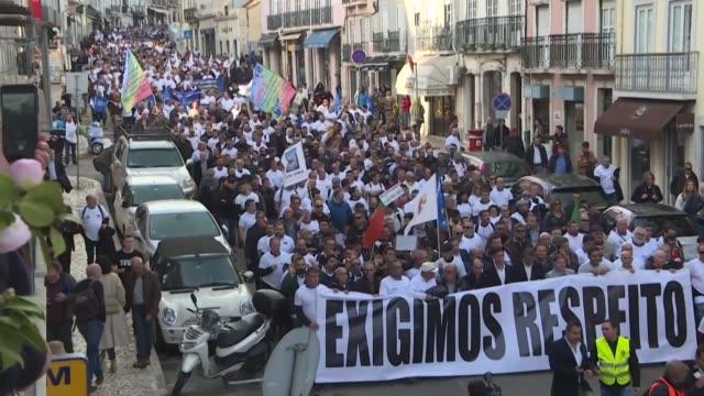 miles de policias y gendarmes portugueses vestidos de civil se manifestaron el jueves en las calles de lisboa para reclamar alzas salariales y... - sindicatos stock videos & royalty-free footage