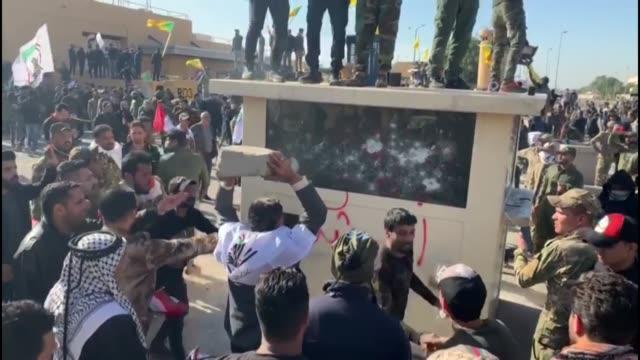 miles de simpatizantes de los paramilitares iraquies pro iran entraron por la fuerza el martes en la embajada de estados unidos en bagdad en protesta... - multitud stock videos & royalty-free footage
