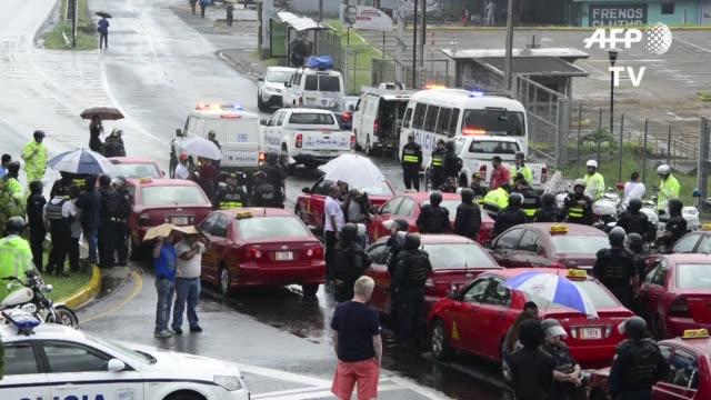 stockvideo's en b-roll-footage met miles de taxistas bloquearon este martes calles en los alrededores de la capital costarricense en una medida de presion al gobierno para que suspenda... - transporte