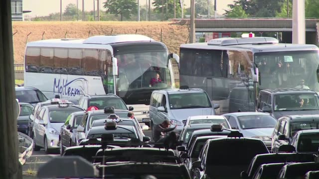 stockvideo's en b-roll-footage met miles de taxistas en huelga se manifestaron el jueves en paris, en sus aeropuertos y en otras ciudades de francia para denunciar la competencia... - transporte