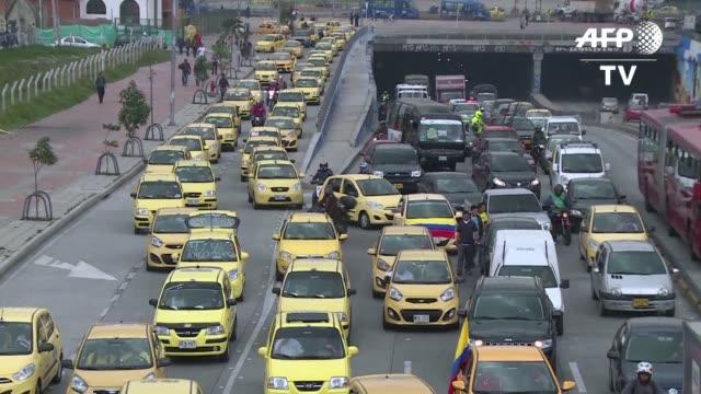 miles de taxistas protestaron el lunes en bogota contra el servicio de transporte privado uber - transporte bildbanksvideor och videomaterial från bakom kulisserna
