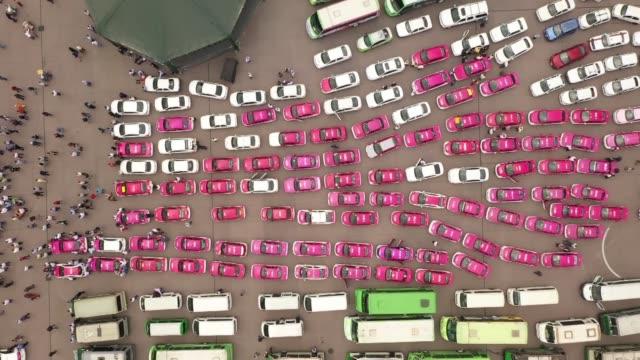 stockvideo's en b-roll-footage met miles de taxistas tomaron el zocalo de la ciudad de mexico y otros puntos estrategicos en protesta contra el funcionamiento de aplicaciones de... - transporte