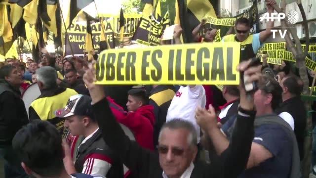 miles de taxistas tomaron las calles de buenos aires el viernes en una nueva protesta contra la empresa de transporte uber despues que un juez le... - transporte stock videos & royalty-free footage
