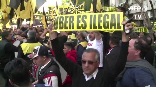 vídeos y material grabado en eventos de stock de miles de taxistas tomaron las calles de buenos aires el viernes en una nueva protesta contra la empresa de transporte uber despues que un juez le... - viernes