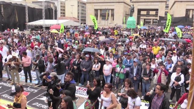 Miles de trabajadores sindicalistas estudiantes profesores indigenas y caficultores marcharon el jueves en Colombia contra las politicas del...