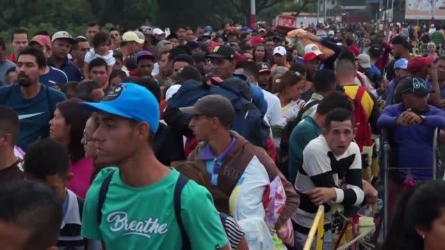 Miles de Venezolanos desafian los nuevos controles migratorios de Colombia para conseguir alimentos y medicinas o emigrar de su pais en crisis
