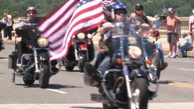 vídeos de stock e filmes b-roll de miles de veteranos de guerra con tatuajes ropa de cuero y banderas de estados unidos desfilaron por washington en motocicletas en memorial day para... - memorial de guerra