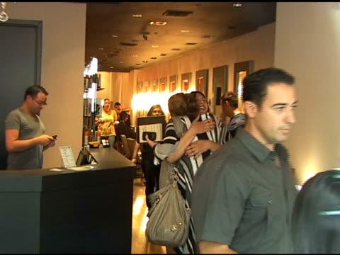vídeos de stock e filmes b-roll de miley cyrus at gemini 14 hair salon in new york at the celebrity sightings in new york at new york ny - atlântico central eua