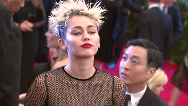 vídeos de stock, filmes e b-roll de miley cyrus at punk chaos to couture costume institute gala at metropolitan museum of art on may 06 2013 in new york new york - museu metropolitano de arte