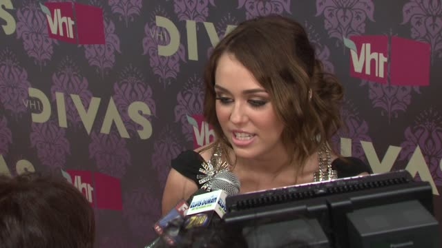 stockvideo's en b-roll-footage met miley cyrus at the 2009 vh1 divas red carpet at new york ny - vh1