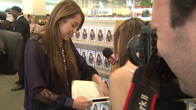 miley cyrus at the miley cyrus 'miles to go' book signing at los angeles ca. - signierstunde stock-videos und b-roll-filmmaterial