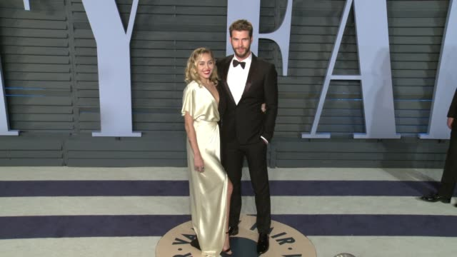 vídeos de stock, filmes e b-roll de miley cyrus liam hemsworth at 2018 vanity fair oscar party in los angeles ca - vanity fair oscar party